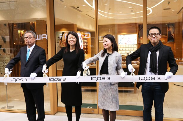 「IQOS 3」「IQOS 3 MULTI」発売セレモニーが行われたIQOSストア銀座は、テープカットの後にオープン(左から松原氏、シェリー・ゴー氏、坂牧氏、ウィルソン・ウェイ氏)
