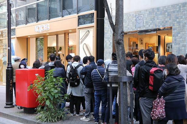 オープンを待ちわびる多くの人で行列ができたIQOSストア銀座前