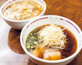 ラーメン(510円、手前) 鶏ガラメインのスープに、中細の玉子麺を合わせた。チャンポン(610円、奥)/ぎょうざや