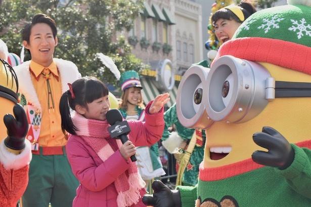 シンディ役の横溝菜帆はクリスマスのミニオンに夢中