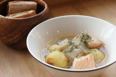 体に沁みわたるやさしい味「サーモンスープ」(780円)も美味しすぎる