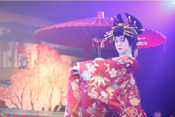 男性が女形を演じる歌舞伎、GEISHAなどを取り入れ、シンデレラをアレンジした「シンデレ十八番」。衣装も美しく見ごたえ満点だ