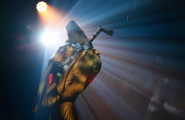 ギタリストのようなパフォーマンスを見せる琵琶法師