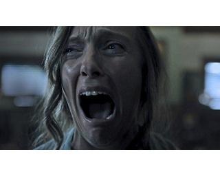 見てください、この顔っ! 実力派トニ・コレットによる今年イチ(個人的に)の顔芸です。ホラーのジャンルにおいては、役者のパフォーマンスがダントツにいいんです!