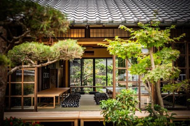 奈良に古くから残る屋敷をリノベート。東大寺門前の西側に位置し大通りに面しているのでよく目立つ