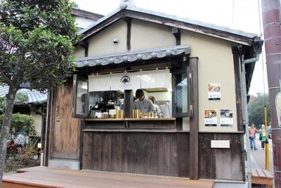 ティースタンド「言の葉(KOTONOHA)」。大和茶やラテ、コーヒー、ソフトクリームなどを販売する