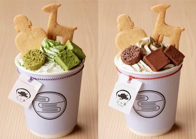 奈良の大仏と鹿をモチーフにしたクッキーがかわいい、デコレーションラテ各972円(左:抹茶、右:ほうじ茶)、ほか煎茶もあり。カップについているタグはおみくじになっている