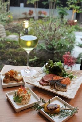 中庭を眺めながら優雅な食事が楽しめる(写真はレセプションで提供されたもので、実際の提供スタイルとは異なる)