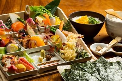 手織り寿司 特上3,218円。春日山の傾斜をイメージした三段の木箱に季節の食材を使用した創作ネタが並ぶ