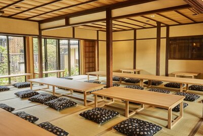 食事スペースとなる畳の大広間。建物の両側に庭があるので明るく開放的な雰囲気