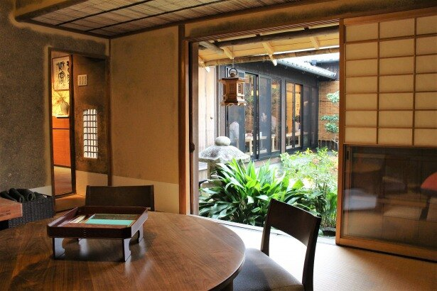 個室は3室あり、元茶室の個室(写真)のほか外国人など座敷に慣れていない人も安心して利用できるテーブルと椅子を備えた個室も(19年1月より利用可。料金など詳細は要問合せ)