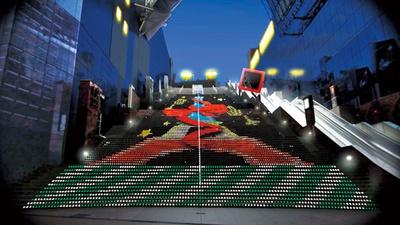 大階段の171段中125段に約1万5000個のLEDが輝く「大階段グラフィカルイルミネーション」/京都駅ビル クリスマス イルミネーション2018