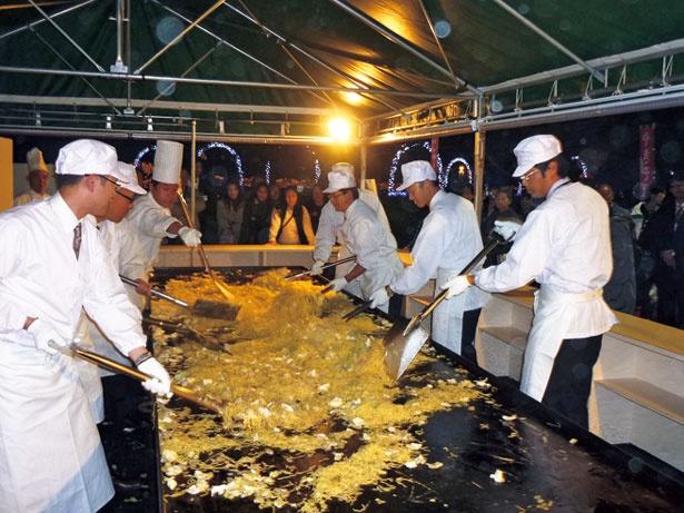 1.5メートル×6メートルの巨大な鉄板で約500人前を実演調理。長島ビール園にて販売/なばなの里