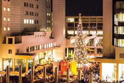 シンボルの巨大ツリーは高さ27メートルと圧倒的な存在感/新梅田シティ・ワンダースクエア