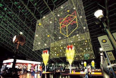 最大で高さ16メートル、幅約20メートルの光り輝くヴェールがつり下げられ、ロマンチックな雰囲気に/JR大阪駅・大阪ステーションシティ
