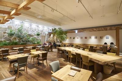 [RHC カフェ 福岡店]広い店内。中央に一枚板のテーブルを配置する
