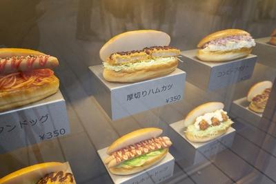 [パンの田島+ドトール MARK IS 福岡ももち店]多彩な具材を焼立てのコッペパンにサンドしてくれる