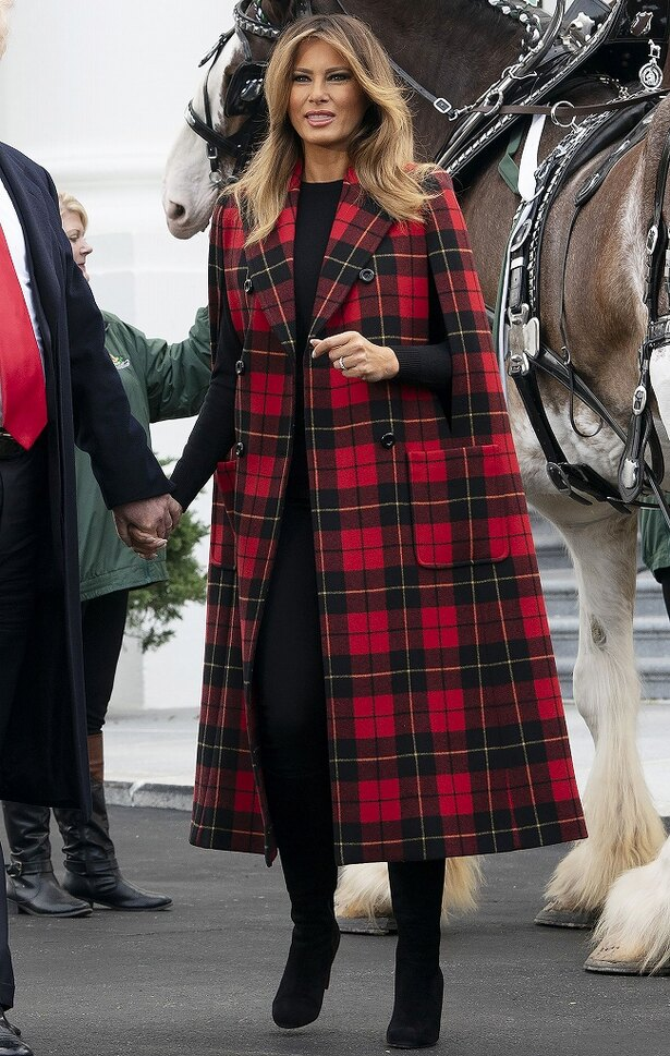 【写真を見る】クリスマスムード満載!赤地に黒のケープコートを着用したメラニア夫人