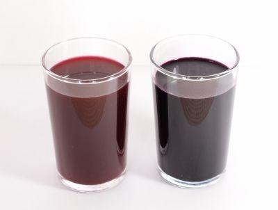 レモン果汁を入れると色合いが変わる黒人参汁