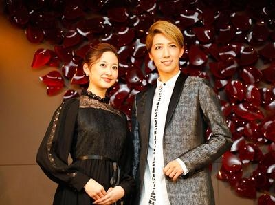 地元・九州での凱旋公演となる今公演への思いを語る、熊本出身の宙組トップスターの真風涼帆(写真右)と、トップ娘役の星風まどか(写真左)