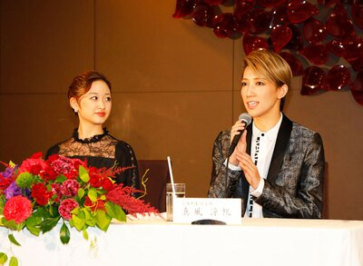 熊本出身の宙組トップスターの真風涼帆(写真右)と、トップ娘役の星風まどか(写真左)