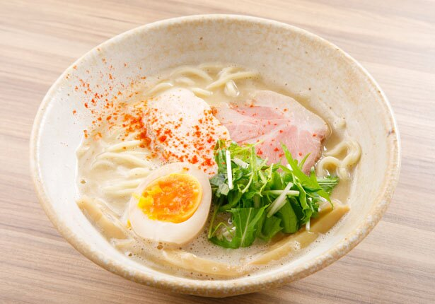【写真を見る】濃厚な鶏白湯スープを堪能しよう!「鳥そば」(780円)/鳥そば 真屋