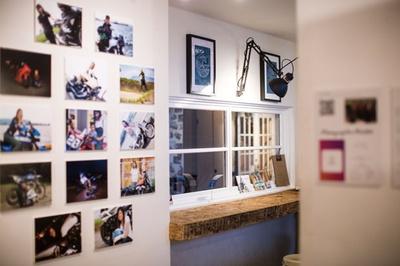 【写真を見る】SUP STAND / 毎週展示内容が変わり、1品オーダーで自由に観覧できる