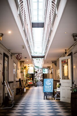SUP STAND / リノベーションアパートの1Fに店を構える。吹き抜けの天井が印象的。斜め前にあるパンとケーキの店「E-ji&co.」の商品の持ち込みも可