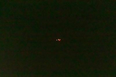 ズームすると丸い光を発しているのがUFOだとわかる