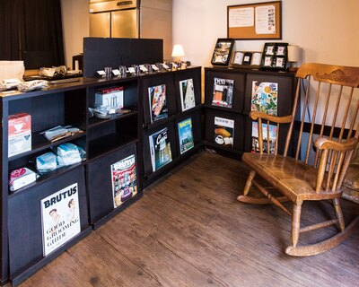 【写真を見る】店は豆売り専門。テイクアウトはペーパードリップコーヒー(300円)のみ用意
