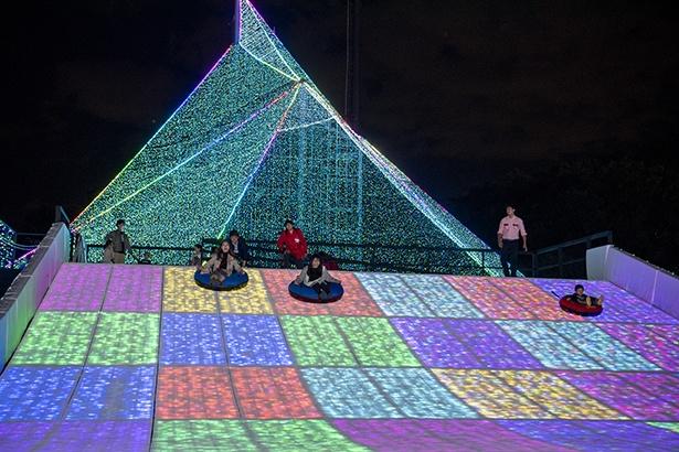 1回20分間滑ることができる「ジュエリー・ゲレンデ チューブスライダー」。光の中を滑る幻想的な体験ができる