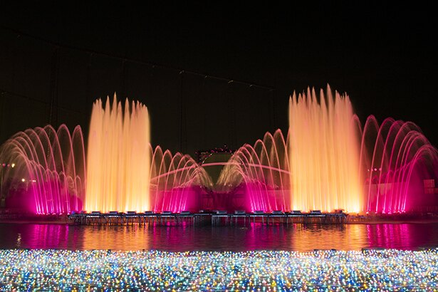 毎年バージョンアップしている噴水ショー