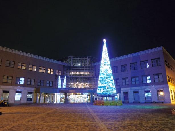 今年はLICはびきの前に立つ緑の塔がクリスマスツリーに大変身する。地域のシンボルとして彩られる/LICはびきの クリスマスイベント2018 ウィンターイルミネーション