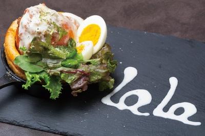 「La La Cafe」(名古屋市東区)の「あいちサラダめし(丸ごとトマトのダッチベイビー)」(880円)