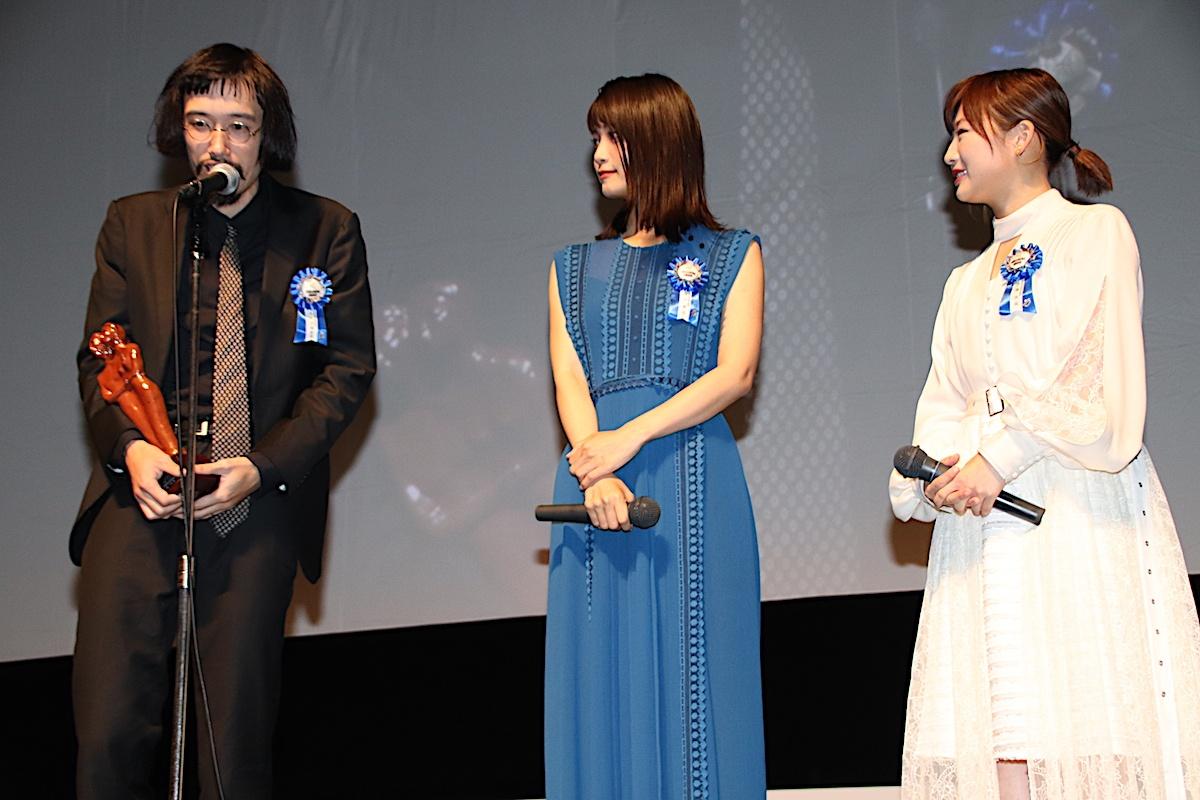 11月17日に行われたTAMA映画賞受賞式に登壇した今泉監督と深川麻衣、伊藤沙莉