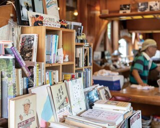 【福岡のカフェ】久留米の文化サロンのような空間で読書にふける「琥珀亭」