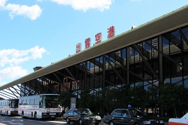 【写真を見る】旅の出発地は島根の空の玄関口・出雲空港。ここから縁結びのパワースポット・出雲大社へ