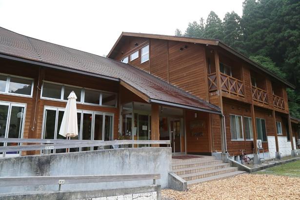 周囲を標高1000m級の山々に囲まれ、島根の軽井沢とも称される「森のホテル もりのす」