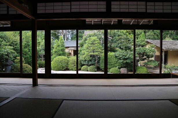 別棟からの庭園の眺め。奥にはうっすらと「明々庵」の姿も確認できる