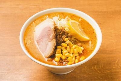 【写真を見る】麺は旭川の老舗製麺所から仕入れている。火山らぁめん900円