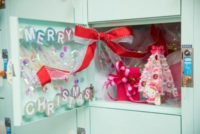 【写真を見る】ロッカーの中をデコレーション!ハローキティのクリスマスカードもセットされる