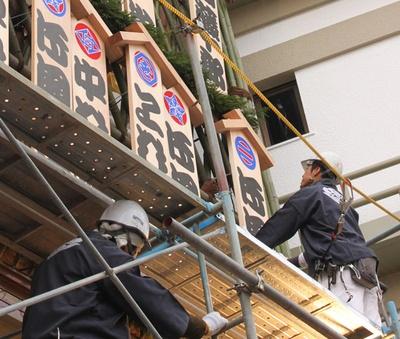最後の看板を掲げる林工務店の職人