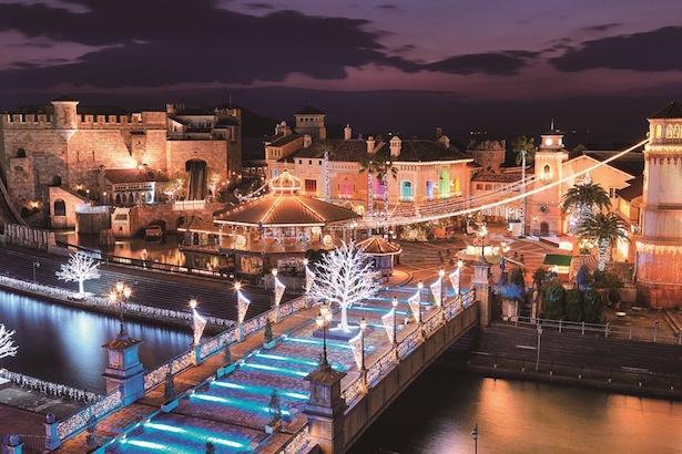 【写真を見る】高さ7メートルを超える光るクリスマスオーナメントが橋の上に登場