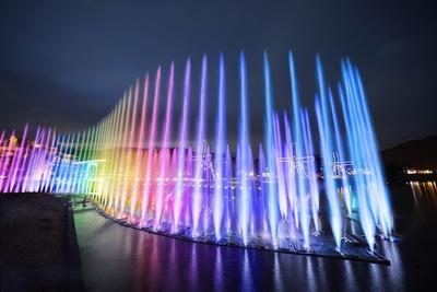 【写真を見る】今年から新登場の「ウォーターマジック」。全長85メートル、高さ20メートルの噴水ショーは日本最長規模