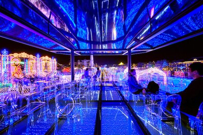 イルミネーションの中に浮かぶ光の天空カフェ