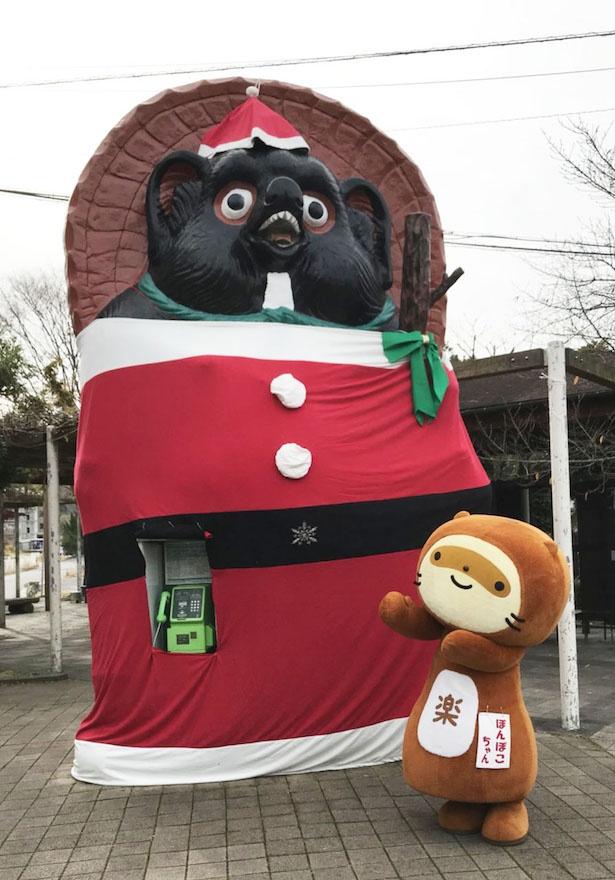 【写真を見る】信楽駅前のランドマークである大タヌキはサンタ姿に変身