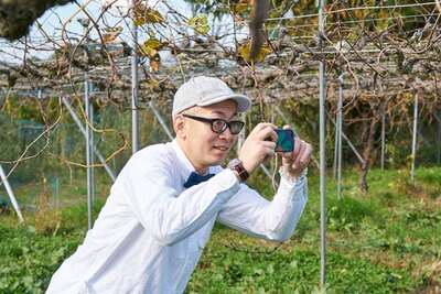 憧れのブドウ畑に対面し、写真を撮りまくるひぐち君。リポートもお願いします!(笑)