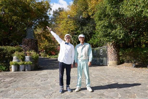 「ずっと来たかった、安心院葡萄酒工房に来ました!」。右は工房長の古屋浩二さん
