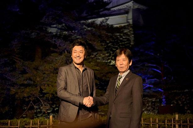 作品への期待を語るチームラボ猪子代表(左)と高知県岩城副知事(右)