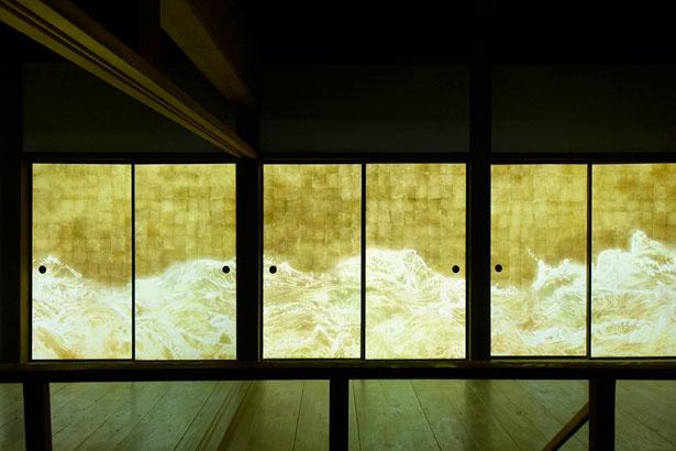 襖に描いた美しい波が生き物のように波打つ、インスタレーション作品「チームラボ 高知城 光の祭」
